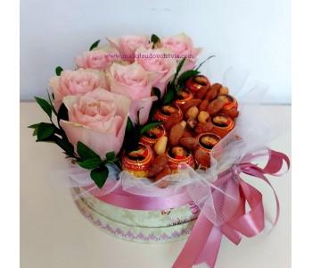 Букет от цветя и  бонбони Розов цвят